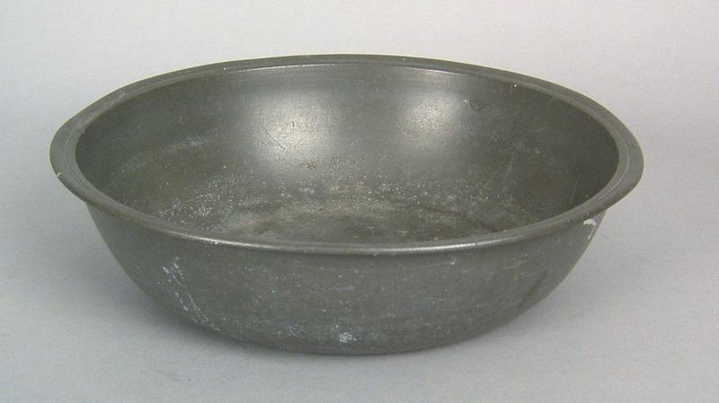 Samuel Ellis, London(1732-1760) pewter basin, 18th