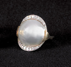 14K (tested) yellow gold Mabe' pearl ring containi