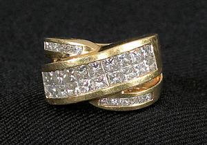 18K yellow gold and platinum diamond band containi