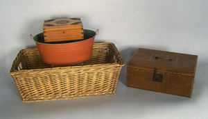 Wash basket, together with a tin pail and two lock