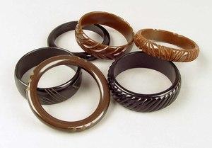 Six bakelite bangles in brown and black shades, 3i