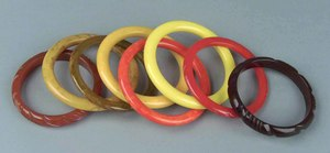 Eight smooth and carved bakelite bangles in shades