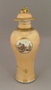 Chinese export garniture vase, eary 19th c., withe
