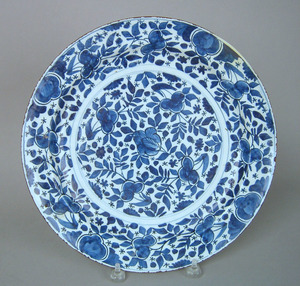 Dutch delft charger, ca. 1720, decorated in blue a
