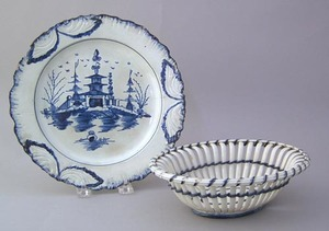 Leeds reticulated bowl, 19th c., with blue highlig