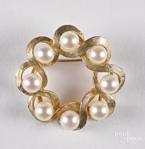 14K yellow gold and pearl pin, 4.2 dwt.