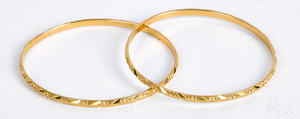 Two high grade gold bangle bracelets, 18.8 dwt.